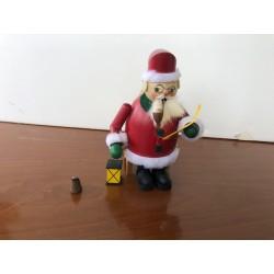 Babbo Natale in piedi con lampada e lettera